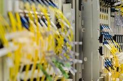 Die Glasfaser schließen an Lochkartengeräte werden verwendet in der Telekommunikation an Wählen Sie Fokus vor stockbilder