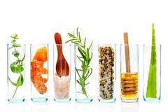 Die Glasflasche der selbst gemachten Hautpflege und der Körperpeeling mit natu lizenzfreie stockbilder
