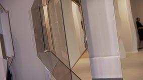 Die glasigen Installationen, die mit weißen Schnüren hängen, werden am Museum der modernen Kunst dargestellt stock footage