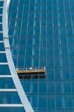 Die Glaswand des Bürohauses Stockfotos