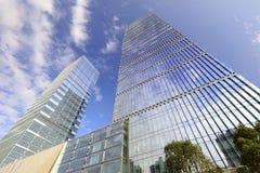 Die Glaszwischenwandwolkenkratzer unter blauem Himmel im guanyinshan cbd, luftgetrockneter Ziegelstein rgb lizenzfreies stockfoto