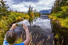 Die glatte Wasseroberfläche stockfotos