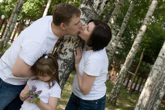 Die glückliche Familie ist im Park Stockfotografie