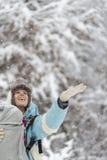 Die glückliche Frau, die sie hält, teilen zum Winterschnee aus Lizenzfreie Stockbilder
