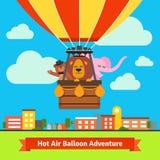 Die glücklichen Karikaturtiere, die auf Heißluft fliegen, steigen im Ballon auf Stockbild