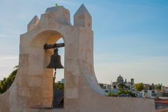 Die Glocke auf dem Wachturm in San Francisco de Campeche, Mexiko Ansicht von den Festungswänden stockfotos