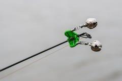 Die Glocke auf der Angelrute spinnende Ausrüstung stockfotos