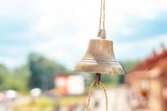 Die Glocke hängt an einem Seil stockfoto