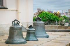 Die Glocken bei Dormition Kathedrale und Iwan der große Glocke-Turm im Moskau der Kreml stockfotografie