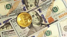 Die Gold-bitcoin Drehbeschleunigungen auf dem Dollar Und Fälle auf den Dollar stock footage