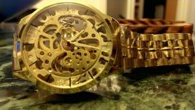 Die goldene Armbanduhr stock video