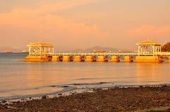Die goldene Brücke auf dem Meer Stockfoto