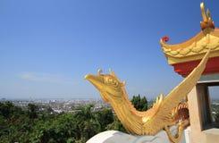 Die goldene chinesische Schwanstatue Stockfotos