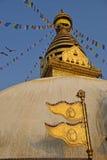 Die goldene Flagge befindet sich am Swayambhunath-Tempel Lizenzfreies Stockbild