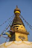 Die goldene Flagge befindet sich am Swayambhunath-Tempel Lizenzfreie Stockfotografie