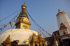 Die goldene Flagge befindet sich am Swayambhunath-Tempel Lizenzfreie Stockfotos