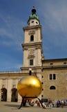 Die goldene Kugel mit einem Mann auf die Oberseite in Salzburg Lizenzfreie Stockbilder