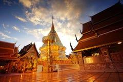 die goldene Pagode im drastischen Dämmerungshimmel Chiang Mai thailand Lizenzfreie Stockfotografie
