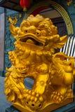 Die goldene Skulptur am Eingang Tua Pek Kong Chinese Temple Bintulu-Stadt, Borneo, Sarawak, Malaysia Stockfoto