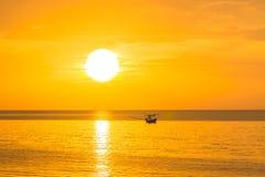 Die goldene Sonne morgens eines neuen Tages auf dem Meer im Gul Stockfotos
