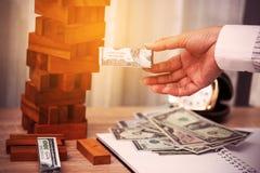 Die goldene Taste oder Erreichen für den Himmel zum Eigenheimbesitze Unternehmensplanung durch Investor Modernes Anlagengeschäft  Stockbilder