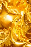 Die goldenen Ballone der Sterne glänzen und glänzen Lizenzfreies Stockbild