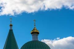 Die goldenen Hauben gegen den Himmel Stockbild