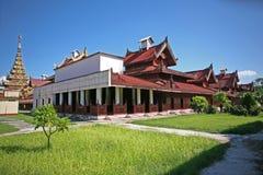 Die goldenen Helme und die rooves der historischen hölzernen Gebäude innerhalb des zentralen Palastkomplexes der Mandalay-Zitadel Lizenzfreie Stockfotos