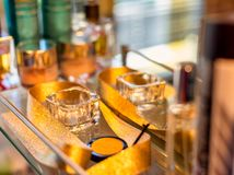 Die goldenen Sachen reflektiert im Spiegel lizenzfreies stockfoto