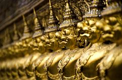 Die goldenen Statuen am Smaragdbuddha-Tempel Stockfoto