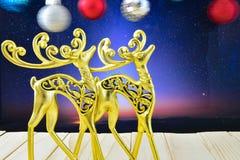 Die Goldzahlen von Rotwild im nächtlichen Himmel und in der Weihnachtsverzierung Stockfoto