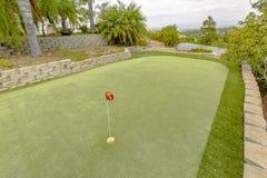 Die Golfplatzlandschaft mit Sonnenkollektoren im Hintergrund Lizenzfreies Stockbild