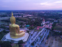 Die größte goldene Buddha-Statue an Muang-Tempel, Aungthong thailändisch stockfotos