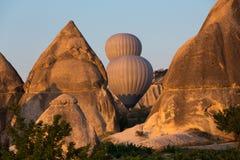 Die größte Touristenattraktion von Cappadocia, der Flug mit dem Ballon bei Sonnenaufgang Lizenzfreie Stockfotografie