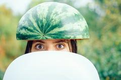 Die größten Rabatte für alle Herbstkleidung für Mädchen Nettes schönes Mädchen, das eine Wassermelone auf ihrem Kopf trägt haben stockbild