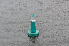 Die grüne Boje im Wasser Stockfoto