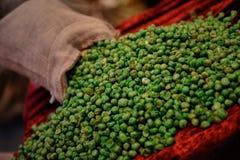 Die grünen trockenen Erbsen zerstreut lizenzfreie stockfotografie