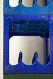 Die grünen und blauen Plastikflaschenkästen, die in den Stapel am liquour gestapelt werden, speichern Vorrat Lizenzfreie Stockfotografie