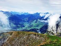 Die grasartig-felsige längliche Spitze Gulme oder Gulmen im Alpstein-Gebirgszug stockfotos
