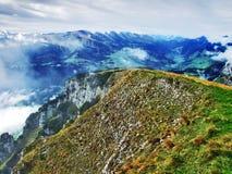 Die grasartig-felsige längliche Spitze Gulme oder Gulmen im Alpstein-Gebirgszug stockfotografie