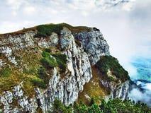 Die grasartig-felsige längliche Spitze Gulme oder Gulmen im Alpstein-Gebirgszug lizenzfreie stockfotografie
