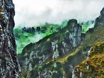 Die grasartig-felsige längliche Spitze Gulme oder Gulmen im Alpstein-Gebirgszug stockbild