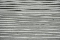Die grau-weiße Wand hat eine gewellte Oberfläche Lizenzfreie Stockfotografie