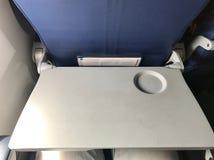 Die graue Behältertabelle für Passagier im Flugzeug Stockbild