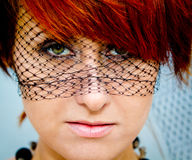 Die green-eyed Frau in einem Schleier Stockfoto