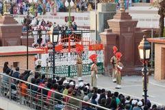 Die Grenzabschlussfeierlichkeit Indien-Pakistans Wagah lizenzfreie stockfotos
