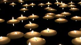 Die großartige reizende angenehme romantische befriedigende Atmosphäre, die auf Teelicht geschossen wurde, roch die Kerzenfeuerfl stock footage