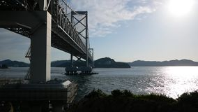 Die große Brücke über blauem Meer stock footage