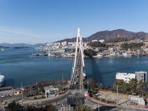 Die große Brücke unter einer Bucht von Yeosu-Stadt Lizenzfreie Stockfotos