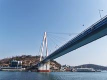 Die große Brücke unter einer Bucht von Yeosu-Stadt Lizenzfreies Stockfoto